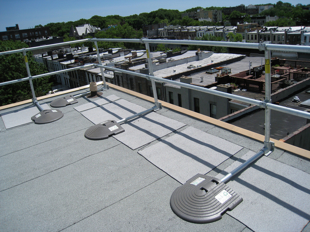 Portable Safety Rail : Non penetrating rooftop railing