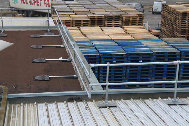 Roof Guardrail that Overcomes Obstacles